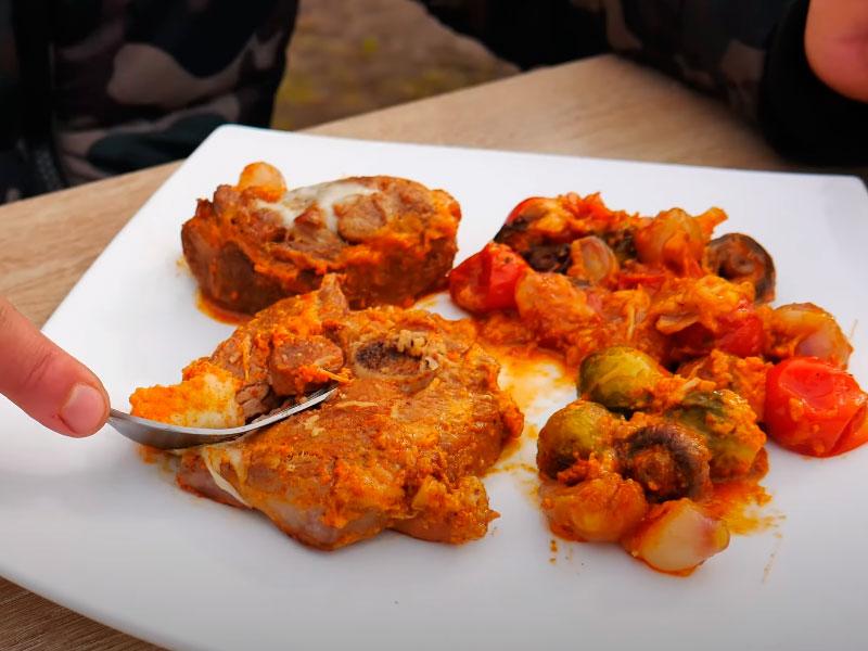 Стейки индейки с овощами в сковороде на огне